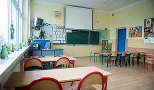 Władze Krakowa rozważają wprowadzenie nowego zakazu. Rodzice nie będą mogli odwozić dzieci do szkoły