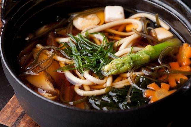 Zupa miso powstaje z bulionu dashi i sfermentowanej pasty sojowej