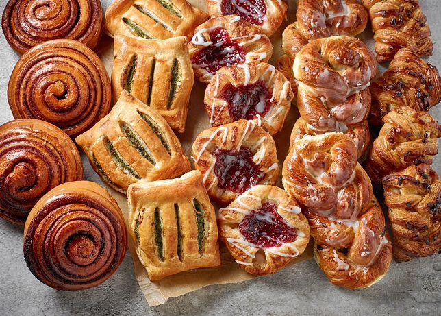 Drożdżówki, nazywane w niektórych regionach słodkimi bułkami lub sznerkami, to rodzaj cukierniczego wyrobu, który wytwarza się z pieczywa drożdżowego. Poznaj najlepsze przepisy