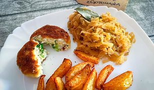 Kotlety jajeczne, zasmażana kapusta i pieczone ziemniaki