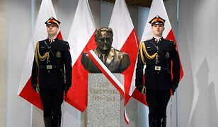 Warszawa. Uroczystość odsłonięcia popiersia i nadania Sali nr 511 w budynku Kancelarii Sejmu imienia Jana Olszewskiego
