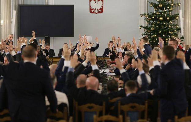 Posłowie Prawa i Sprawiedliwości podczas głosowań w trakcie przeniesionego do Sali Kolumnowej posiedzenia Sejmu
