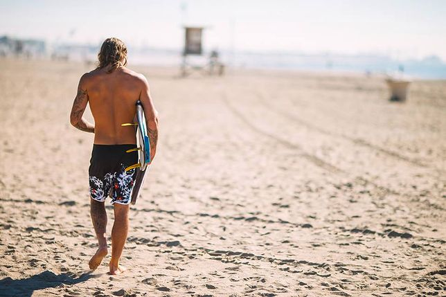 Hawajskie boardshorts i deska surfingowa to symbole marki Quiksilver
