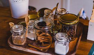 Małe słoiki przydadzą się do przechowywania przypraw i sypkich produktów