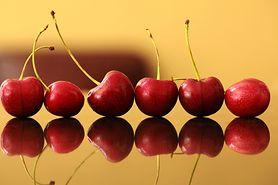 Wiśniowy sok z owoców i liści