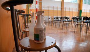 Pierwszy dzień szkoły. Nauczycielka z koronawirusem. Dyrekcja idzie na kwarantannę (relacja - 1 września)