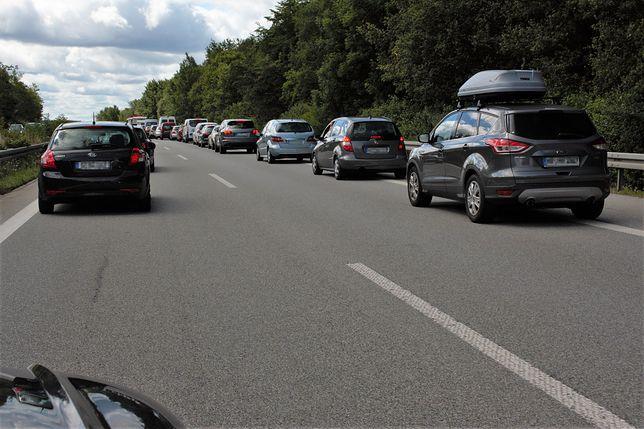 W Polsce prawo nie nakazuje tworzenia korytarza życia. W Niemczech kierowca, który tego nie zrobi, może otrzymać mandat w wysokości 200 euro