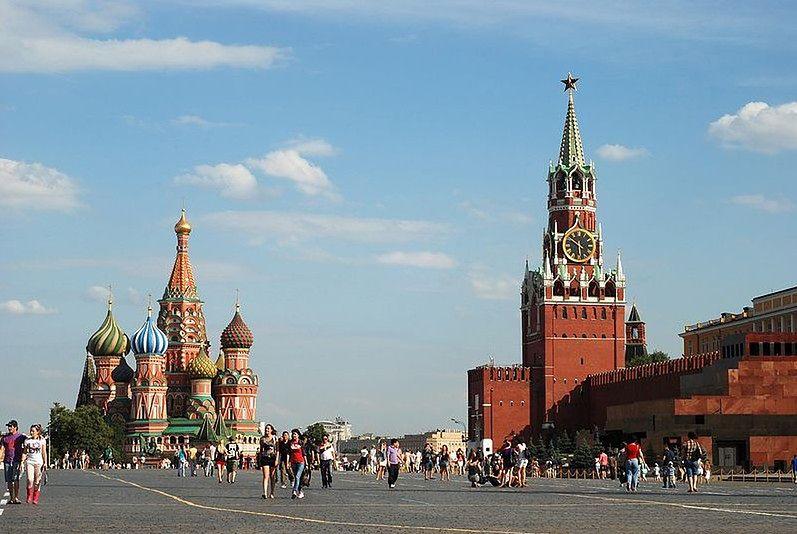W Rosji dzieci wylewają na siebie wiadra wody