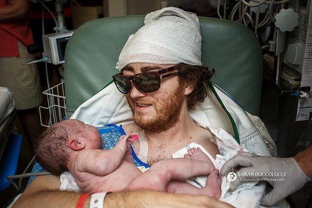 Ojciec dziecka przyjechał z innego oddziału, by powitać swojego syna
