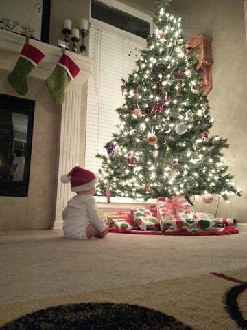 Dziecko przy choince w czasie świąt