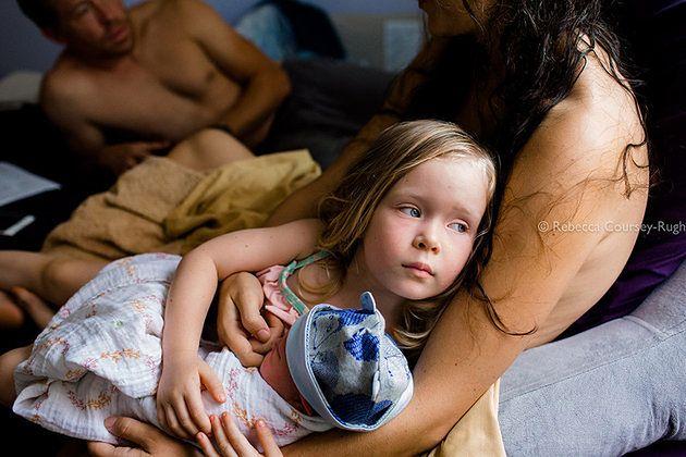 Pierwsze chwile po porodzie noworodka są przeżyciem dla starszego rodzeństwa