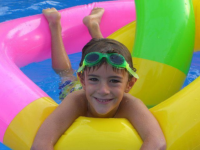 Zabawy dziecka na basenie