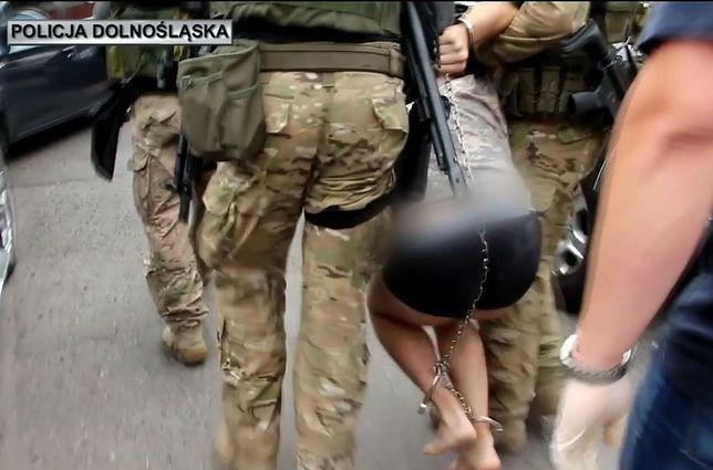 Podejrzany o zabójstwo Kritiny z Mrowin spętany kajdankami zespolonymi.
