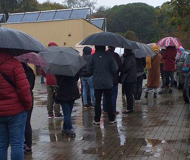 Koronawirus w Polsce. Siedlce. Ludzie w deszczu czekają na pobranie wymazu
