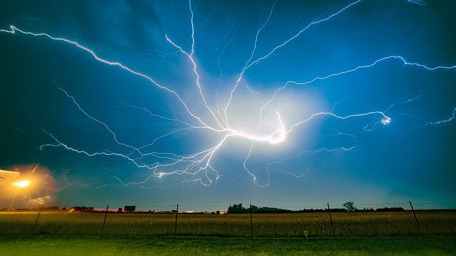 """Pogoda. RCB ostrzega przed gradem i burzami. """"Zostań w domu"""""""