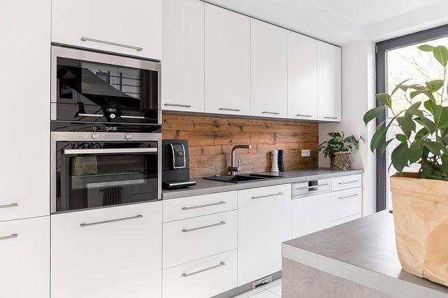 Płyta laminowana między szafkami w kuchni – wady i zalety