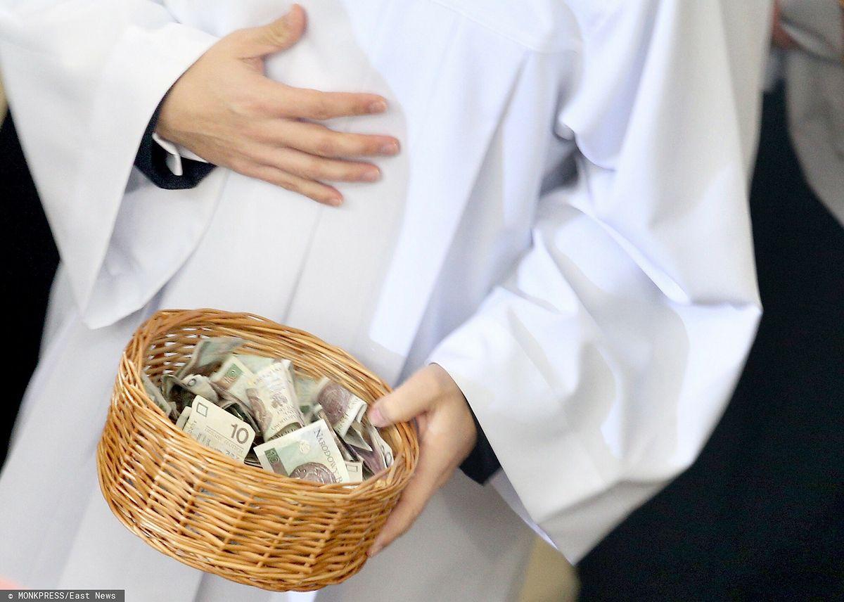 Polacy chcą, aby księżą zarabiali na etacie