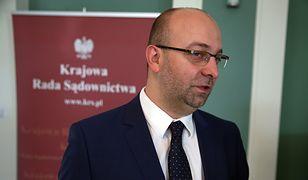 Wiceminister Łukasz Piebiak w ogniu krytyki.