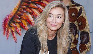 Martyna Wojciechowska jest piękna. Pozuje w czerwonej sukni z odważnym dekoltem