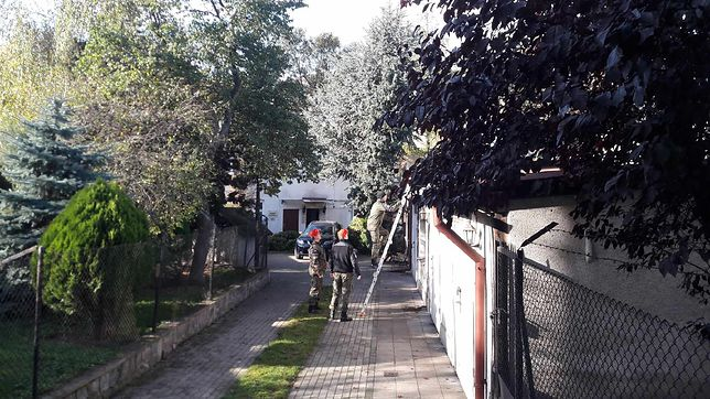 Gdańsk. Na dach garażu obok domu prokuratura weszli wojskowi