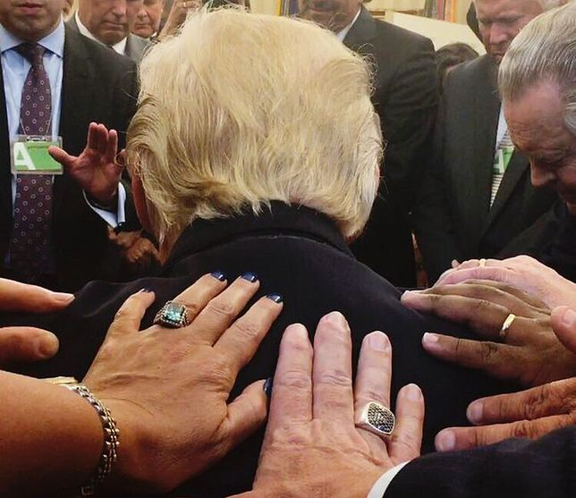 Trump w centrum modlitwy. To zdjęcie jest hitem sieci