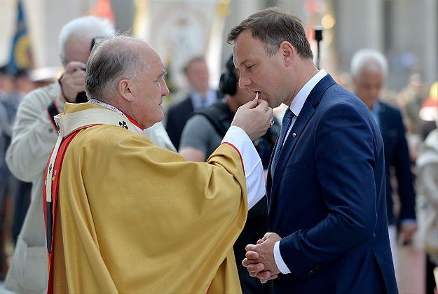 Czy Andrzej Duda mógł podnieść hostię? Biskup wyjaśnia