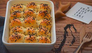 Drożdżowe kulki serowe z sezamem