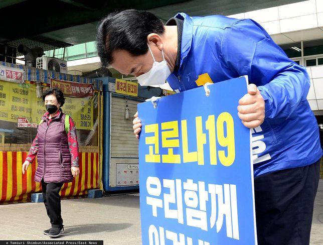 Koronawirus w Korei. Transparent wzywa do odpowiedzialnego zachowania wobec epidemii. Polak nie posłuchał.