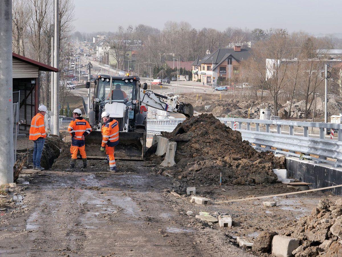 Bielsko-Biała. Pogoda się poprawiła i prace na ul. Cieszyńskiej ruszyły pełną parą.