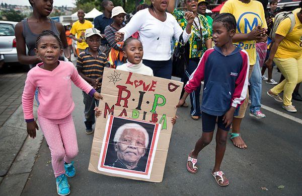Dzieci biorą udział w marszu upamiętniającym Mandelę w Johannesburgu