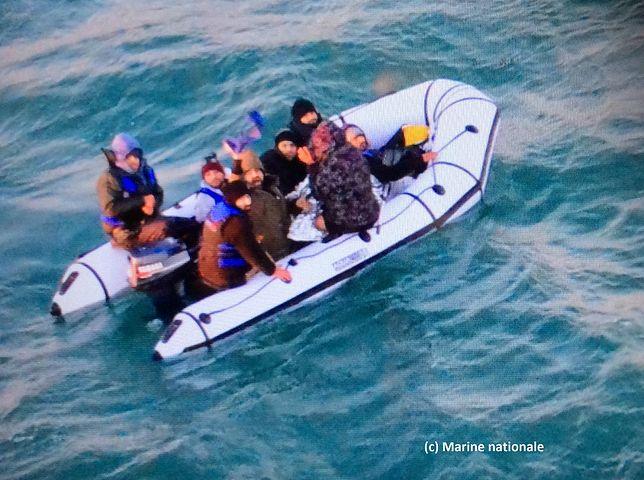 Migranci w zepsutym pontonie na Kanale La Manche