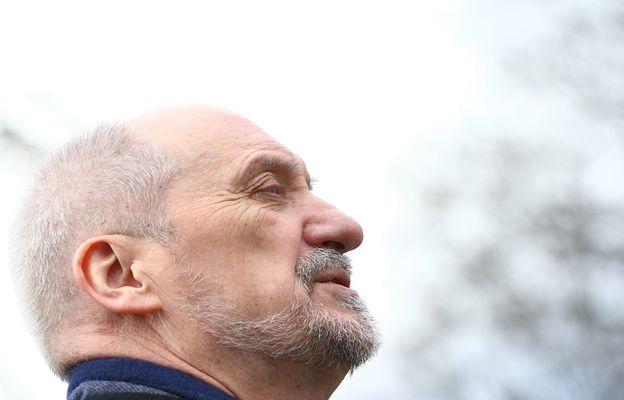 Macierewicz krytykowany za Smoleńsk. Z tej strony ataku się nie spodziewał