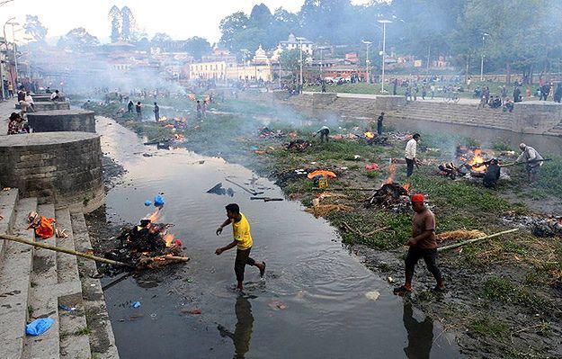 Masowe kremacje w najświętszej świątyni Śiwy w Nepalu