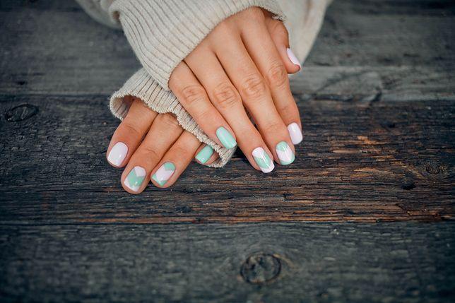 Manicure kombinowany zapewnia przedłużenie świeżości stylizacji.
