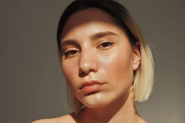 Odwodniona skóra twarzy. Jak rozpoznać objawy i jak skutecznie nawilżyć cerę?