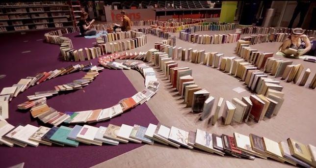 Ułożą najdłuższe książkowe domino na świecie w BUWie!