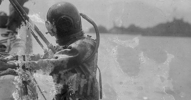 Nurek szukający odłamków po zamachu przeprowadzonym przez niemieckich dywersantów na Wyspie Black Tom, 1916 rok