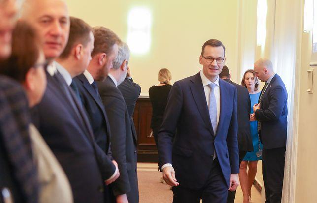 Premier Mateusz Morawiecki świadomie tonuje nastroje i unika prowokacyjnego języka komunikacji. PiS nie zawsze idzie jego śladem