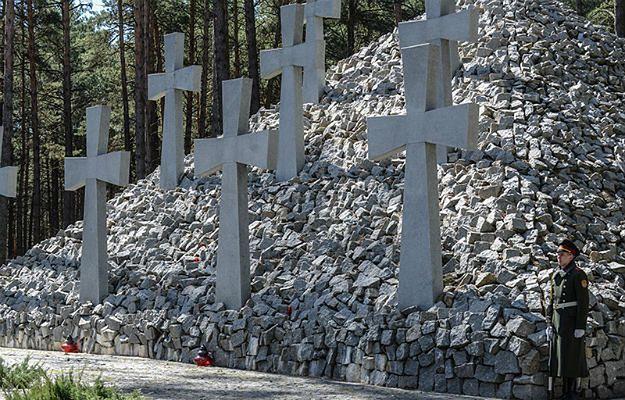 Ukraina: zniszczenia na cmentarzu w Bykowni są usuwane