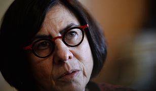 O Ambasador Izraela w Polsce Anna Azari  stało się głośno za sprawą jej gestu podczas obchodów 73. rocznicy wyzwolenia obozu koncentracyjnego Auschwitz-Birkenau