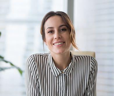 Damska koszula w paski idealnie sprawdzi się jako strój biurowy