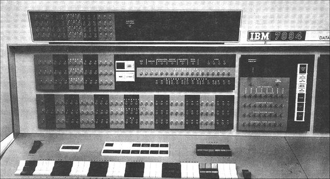 """Wnikliwe przestudiowanie instrukcji obsługi komputera IBM 7094, było bezsprzecznie """"punktem zwrotnym"""", w rozwinięciu pasji programistycznych młodocianego Stallmana."""