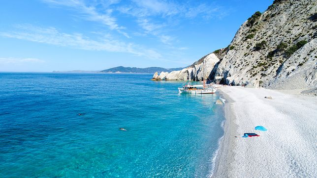Wyspa Skiathos leży na Morzu Egejskim. Jej najpopularniejszą plażą jest Lalaria