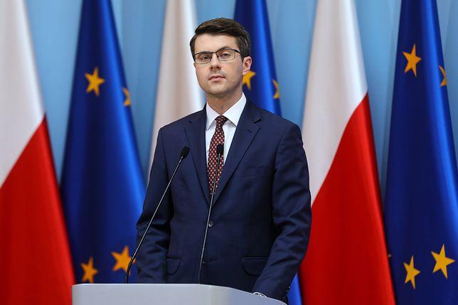 """Rzecznik rządu Piotr Mueller przekonuje, że Zbigniew Ziobro nic nie wiedział o """"farmie trolli"""""""