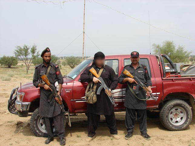 """Polski kontraktor """"Biały"""" z ochotnikami z Frontier Constabulary (Pakistan)"""