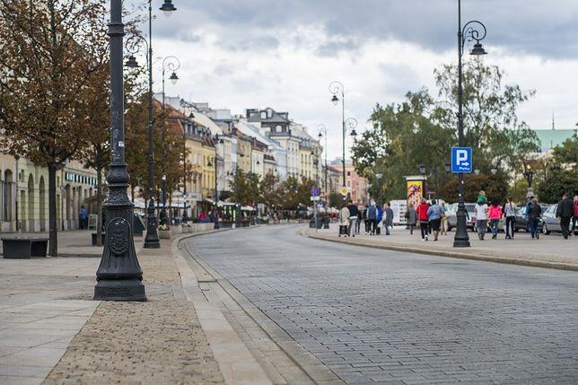 Niepokojący stan nawierzchni na Krakowskim Przedmieściu. Rozpoczęto badania
