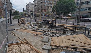 """Warszawa. """"Kieszonkowy"""" park na Pradze. Trwa budowa parkletu"""