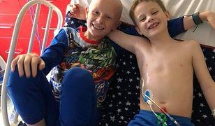 Chłopcy wspierają się w chorobie.