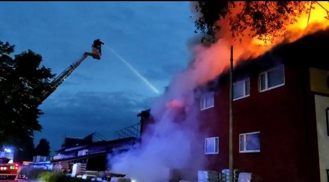 Śląskie. Kilkudziesięciu strażaków walczy z pożarem, który wybuchł w środę wieczorem w składzie materiałów budowlanych w Częstochowie.