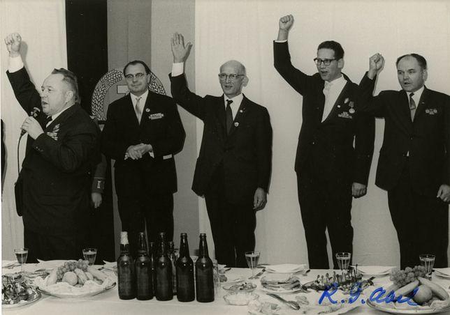 William Fisher (w środku) wśród agentów Stasi - służb NRD